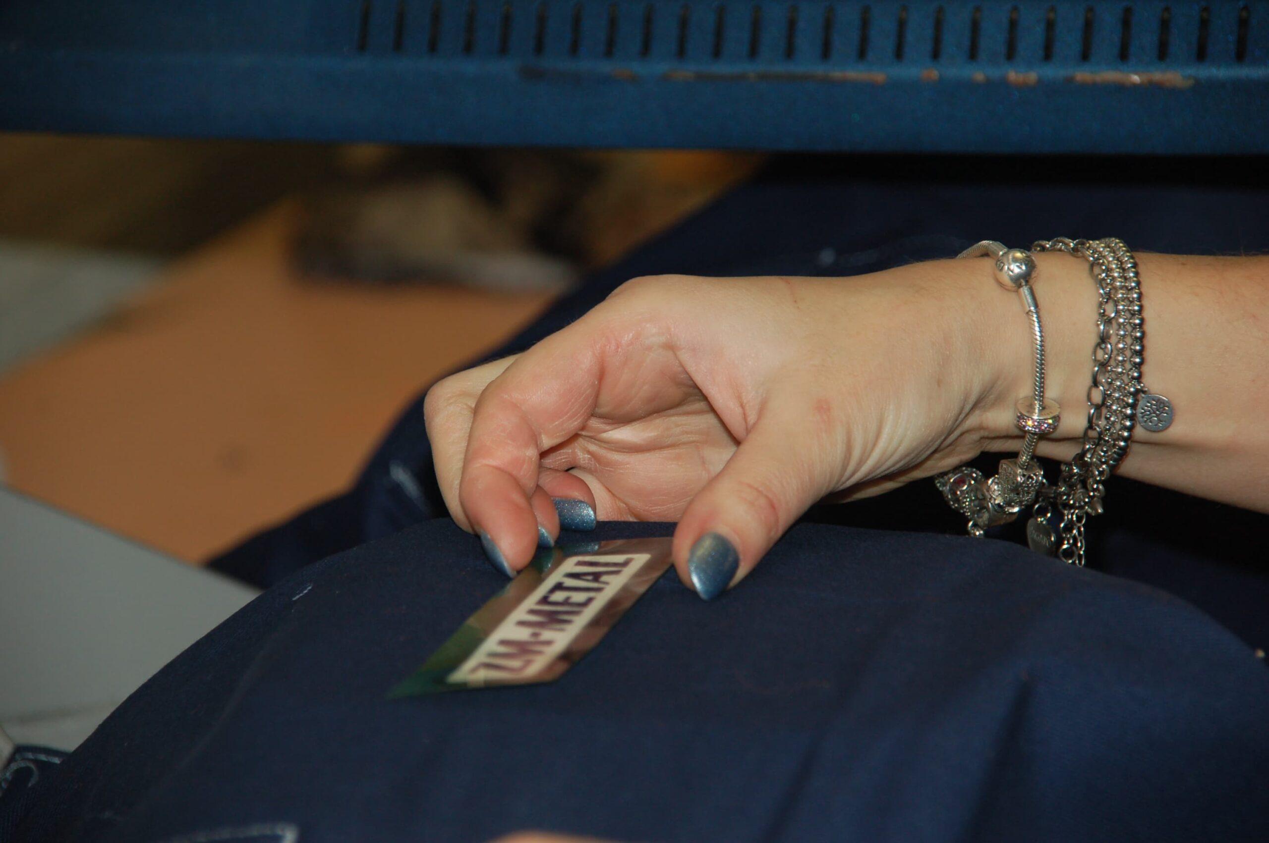 stampa digitale e applicazione di etichette pressofuse